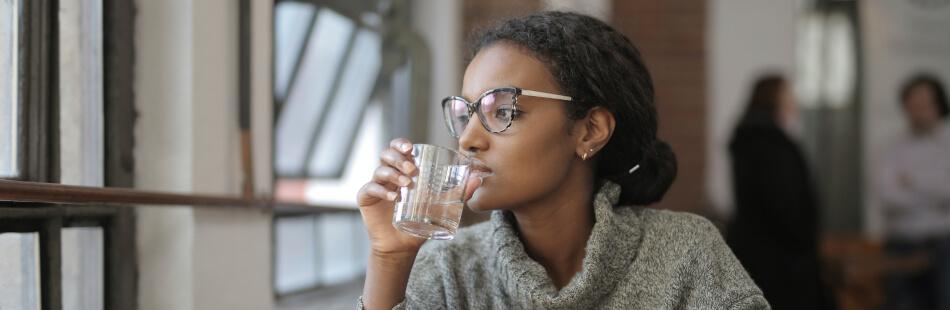 Auch im Trinkwasser ist - unterschiedlich viel - Fluorid enthalten.