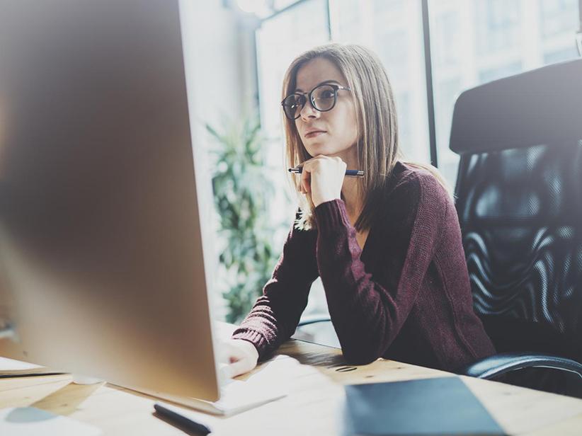 Arbeiten im Büro: So schädlich ist langes Sitzen vor dem Bildschirm
